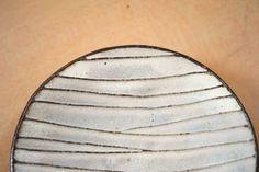 岩崎晴彦「粉引線文丸小皿」、1本1本の線が美しいお皿です。