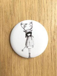 Grand Badge Fille renne illustré par Nélia Badge, Decorative Plates, Etsy, Unique Jewelry, Objects, Handmade Gifts, Daughter, Badges