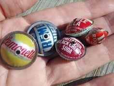 Bottle cap beads -- Link is broken, though Bottle Cap Crafts, Bottle Caps, Diy Arts And Crafts, Easy Crafts, Tiffany Blue, Altered Art, Jewelry Ideas, Clever, Egg