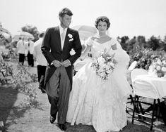 Descubre los vestidos de novia de las famosas que han pasado a la historia gracias a su belleza, su rareza o lo costosos que llegaron a ser. Desde el Givenchy de Audrey Hepburn hasta el impresionante Alexander McQueen de Kate Middleton.