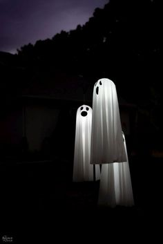 Easy Lighted Hanging Ghosts (A Dollar Store DIY) - Real Time - Diet, Exercise, Fitness, Finance You for Healthy articles ideas Halloween Outside, Outdoor Halloween, Halloween Ghosts, Holidays Halloween, Easy Halloween, Halloween Party, Halloween Bathroom, Halloween Eyeballs, Halloween Magic