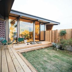 Low deck and large windows Style At Home, Japan Room, Surf House, Courtyard House, House Elevation, Outdoor Living, Outdoor Decor, Japanese House, Home And Deco