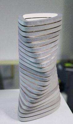 une lampe d'ambiance à poser pour un effet de reflet sur le béton poli assurément délicieux