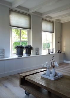 Brede vensterbank en Duette gordijnen Curtains Or Shades, Drapes Curtains, Cellular Blinds, Radiator Cover, Living Room Modern, Home Living Room, Building A House, Happy New Home, Country Interior
