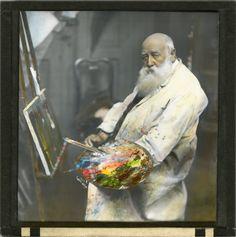 Chr. Krogh,  Håndkolorert lysbilde. Portrett av maleren og forfatteren Christian Krohg. Han sitter foran stafeliet og holder en palett og flere pensler i hånden.