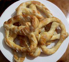 Covrigi cu sare - asta-i reteta! Romanian Food, Romanian Recipes, Bread Rolls, Onion Rings, Pizza Recipes, Finger Foods, Food Inspiration, Deserts, Sweets