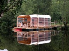 Retrouver cette maison flottante durable, inspirée des casiers de pêcheurs bretons, au camping Ty Nadan en Bretagne/Find this sustainable floating house in Brittany http://www.camping-ty-nadan.fr/les-hebergements/les-hebergements.html/#info_kevell