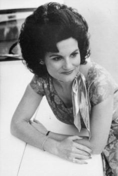 Patsy Cline If she was really like she was prtrayed in Coal Miners Daughter I so wanna hang with her! Country Music Stars, Country Singers, Sound Of Music, My Music, Lynn Anderson, Father Ted, I Fall To Pieces, Patsy Cline, Coal Miners
