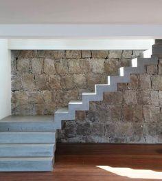 Escalera de hormigón armado, con revestimiento de microcemento blanco, otras con negro, o natural, dependiend