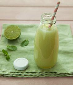 Suco refrescante de melão | Receita Panelinha: A combinação de melão com limão e hortelã faz desse suco a arma certa para combater o calor.