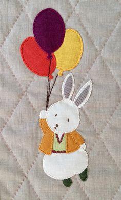 Detalje fra Flyvende kaniner. Children's Quilts, Baby Quilts, Panel, Baltimore, Quilt Blocks, Creatures, Kids Rugs, Couture, Dolls