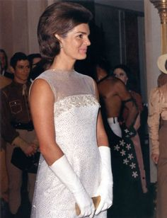 Jackie Kennedy is one of the iconic figures in fashion. Her grace and understated style appealed to a wide audience and the 'Jackie Kennedy look' was widely emulated in the USA in the early years of the decade. Jacqueline Kennedy Onassis, Estilo Jackie Kennedy, Les Kennedy, Jaqueline Kennedy, Carolyn Bessette Kennedy, John Kennedy, Jaclyn Kennedy, Grace Kelly, Lee Radziwill