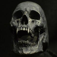 Anillo de calavera vampiro abrir mandíbula plata por Bakogiorgis