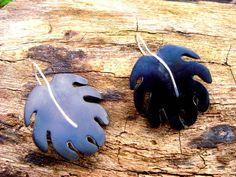 Brinco feito artesanalmente em coco ou chifre ou osso e metal. Tamanhos personalizados.