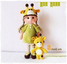 Búp bê được hướng dẫn trong bài viết này sẽ tiếp tục nằm trong bộ sưu tập ấy của nhà thiết kế Tiny Mini. Hướng dẫn móc búp bê hươu Amigurumi Zoe Doll