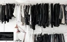 czarna garderoba kolorowe ubrania