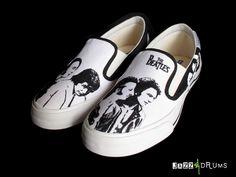 "tênis modelo iate customizado com a imagem dos Beatles (John Lennon, Paul McCartney, Ringo Starr e George Harrison) e frase ""All You Need Is Love"""