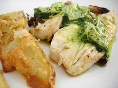 Filés de tilápia grelhados com manteiga de manjericão e cebolinha e batatas ao forno com parmesão