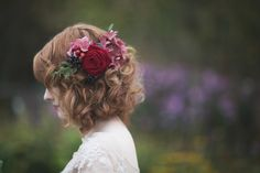 Fresh flowers and berries in loosely curled hair | Photography by http://www.melissabeattie.com/
