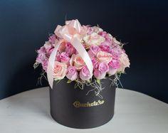 În atelierul Buchete.ro începe săptămâna noutăților și începe cu un aranjament elegant de trandafiri peach și trandafiri mov în cutie neagră.  #aranjamenteflorale #livrareflori #florarie #trandafiri #flowersinabox Crown, Atelier, Corona, Crowns, Crown Royal Bags
