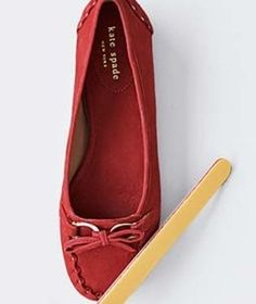 Как избавиться от пятен на замше Маникюрная пилочка поможет удалить небольшие пятна на замшевой сумочке или обуви.Потрите ею по месту загрязнения.