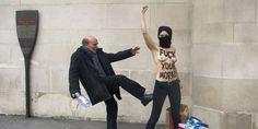 Un homme frappe une membre du collectif Femen qui manifeste contre le salafisme devant la grande mosquée de Paris, le 3 avril 2013.   AFP/FRED DUFOUR