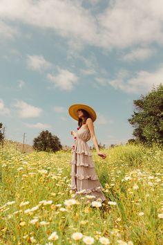 Summer Aesthetic, Aesthetic Photo, Photography Women, Creative Photography, Champs, Daisy Field, Photoshoot Themes, Photo Poses, Photo Shoot