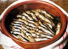 Caldeirada de Sardinha  do livro - Cozinha Tradicional Portuguesa  Editorial Verbo    Ingredientes:        *          1 Kl de sardinhas pequenas      *          500 g de tomates      *          500 g de cebolas      *          2 dentes de alho      *          500 g de batatas      *          1 dl de azeite      *          1 folha de louro      *          1 ramo de salsa      *          1 colher de chá de colorau doce      *          sal      *          pimenta     Confecção:    Lavam-se as…