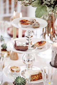 #Hochzeitsdeko #Etagere #Deko   Damit der schönste Tag im Leben auch wirklich perfekt wird, zeigen wir Euch auf ROOMBEEZ, wie Ihr diese wunderschöne Etagere selber machen könnt!♥