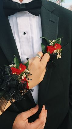 Top 30 Prom Corsage and Boutonniere Set Ideas for 2020 Crosage Prom, Homecoming Flowers, Prom Dance, Prom Flowers, Senior Prom, Wedding Flowers, Red Corsages, Prom Corsage And Boutonniere, Rose Corsage
