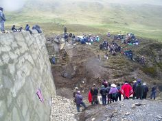 Las comunidades de Rumi Corral reunidas para la inaguración de la presa que alimenta el sistema de riego. En la foto se nota la envergadura de la obra.