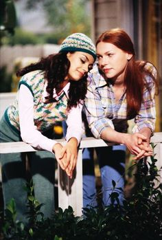 """Mila Kunis ( in character ) """"Jackie Burkhart """" with co-star Laura Prepon as """"Donna Pinciotti"""" That Show ( season 2 / 2000 ) shared to groups Laura Prepon, Louis Garrel, Gilmore Girls, Movies Showing, Movies And Tv Shows, Jackie That 70s Show, That 70s Show Cast, I Love Cinema, Donna Pinciotti"""