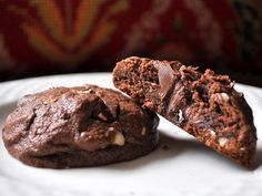 Looking for a scrumptious chocolate cookie that will tame the cocoa craving beast within? Try one of these decadent chocolate cookie recipes that will make you sigh with heavenly delight! Nutter Butter Stuffed Chocolate Cookies from Becky Bakes Köstliche Desserts, Delicious Desserts, Dessert Recipes, Yummy Food, Nutella Cookies, Chocolate Cookies, Hazelnut Cookies, Chocolate Hazelnut, Chocolate Chips