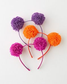 Adorned with voluminous pom-poms, this is a head-topping accessory with head-turning appeal! Adorned with voluminous pom-poms, this is a head-topping accessory with head-turning appeal! Pom Pom Crafts, Yarn Crafts, Diy And Crafts, Crafts For Kids, Arts And Crafts, Beaded Crafts, Preschool Crafts, Pom Pom Headband, Diy Headband