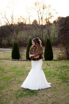 Bride in faux fur wrap at Neutral Rustic Wedding | photos by Jessica Scheuer Photography | The Pink Bride®️️️ www.thepinkbride.com