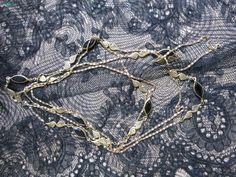 Mademoiselle Brocantine ~ Magnifique sautoir en métal doré et perles noires. #brocante