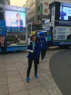#더불어민주당 #중원구 예비후보 #은수미 #야탑역 광장에서 로고송에 맞춰 춤추고 계신다.