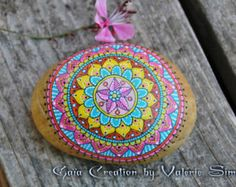 Galet peint à la main - Mandala rose, jaune et turquoise / Hand painted pebble - Mandala pink, yellow and turquoise - Modifier une fiche produit - Etsy