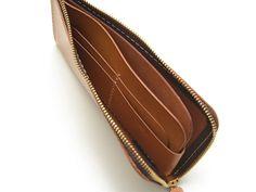 ミニマルでフラットなL字ファスナー式の本革長財布。ファスナーを開けるワンアクションで、小銭やお札、カード類を取り出せる便利な長財布です。フラットでありながらも、意外と沢山入る実用さもオススメです。 Leather Design, Leather Tooling, Leather Craft, Zip Around Wallet, Pouch, Men Wallet, Bags, Leather Wallets, Gadgets