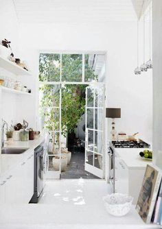 Ein Strahlendes Weiß, Welches Hier Die Dominierende Farbkomponente Ist,  Charakterisiert Die Offene Küche. Damit Die Weiße Küche Nicht Zu Kalt Und  Steril ...