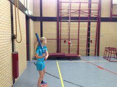 Bal aan touwtje wegslaan. Tape bal aan lang touw die je aan de ringen hangt. Kinderen mogen kiezen: knuppel, plankje of tennisracket. Meppen maar! Kinderen van groep 8 vonden het geweldig.