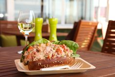 Hoping to go there this summer - Le Panache sets up gourmet cuisine outdoors on Ile d'Orléans (Ste-Pétronille) - great idea! Mobile Food Trucks, Wine Craft, Restaurant, Quebec City, Places To Eat, Fine Dining, Avocado Toast, Gourmet Recipes, Wines