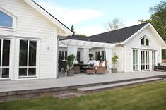 VÄLKOMMEN HEM!: PERGOLA FÄRDIG! Pergola Garden, Backyard, U Shaped Houses, Scandinavian Garden, Best Barns, London House, Rustic Cottage, Village Houses, Classic House