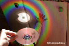 De pequeña me encantaba jugar con la luz del sol. Me acuerdo que con mis hermanos o amigos proyectábamos esa luz con un espejo o reloj y la movíamos por el techo y las paredes. Se trataba de encontrar la luz… o de atraparla. Seguro que también lo habíais hecho, ¿verdad? ¿Pero cuántas otras opciones de juego ofrece la luz del sol? ¿Y qué descubrimientos son posibles con ese astro que tanto calorcito y luz nos da? La verdad es que muchos, os invito a descubrir algunos hoy conmigo. A mí me…