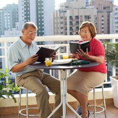 Un mari et sa femme étudiant la Bible ensemble