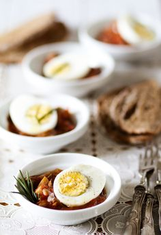 Hard-Boiled Eggs with Hunter Sauce Food Photography Styling, Food Styling, Tapas, Sandwiches For Lunch, Spanish Food, Meatless Monday, Egg Recipes, Brunch, Yummy Food