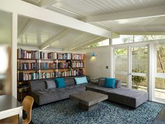#Salon de style #contemporain avec #murale. / #Contemporary #livingroom with #wallsconce.