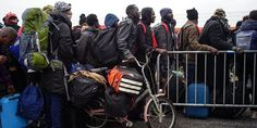 A Calais, l'évacuation de la «jungle» a commencé «dans le calme»