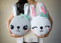 Kijk wat ik gevonden heb op Freubelweb.nl: een gratis haakpatroon van All about Ami om deze leuke konijnenkussens te maken https://www.freubelweb.nl/freubel-zelf/gratis-haakpatroon-konijnenkussen/