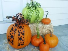 DIY Network shares autumn decorating ideas for your front porch and entryway. Autumn Decorating, Pumpkin Decorating, Decorating Ideas, Porch Decorating, Diy Fall Wreath, Fall Wreaths, Halloween Porch, Fall Halloween, Halloween Stuff
